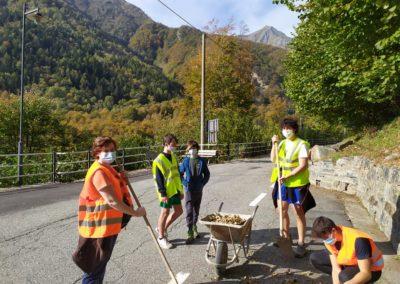 Giovani volontari impegnati nella pulizia delle strade