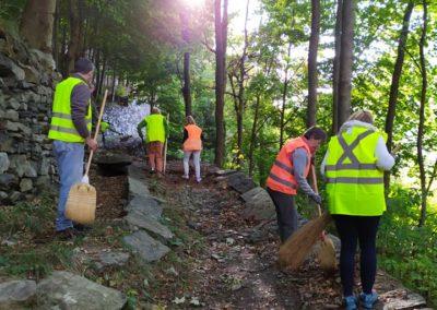 Volontari impegnai nella pulizia delle passeggiate