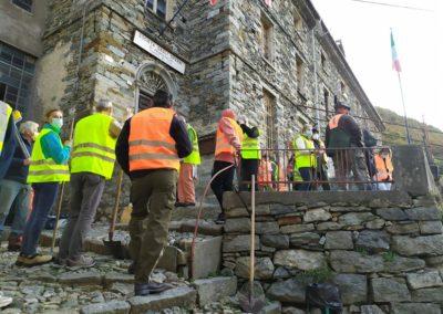 Volontari riuniti di fronte alla Società Operaia e alla sede del Gruppo Alpini